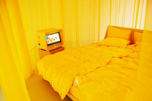 Een compleet gele slaapkamer ontworpen door Köhler Wilms in ...